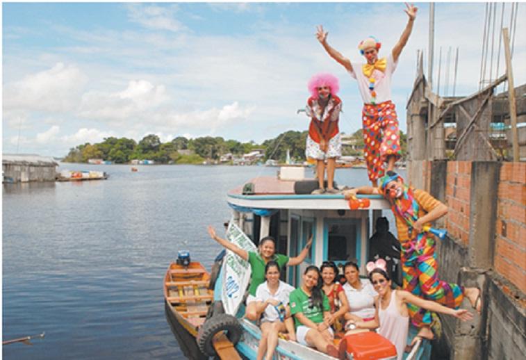 """Partenza del gruppo di volontari dal porto """"11 Maggio"""", nella  Colônia Antônio Aleixo, Zona Est: la barca viene affittata con l'aiuto delle donazioni ricevute. (Ney Mendes)"""